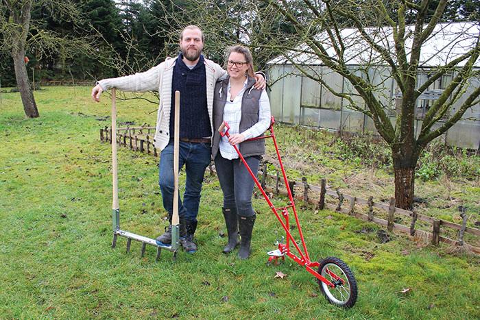 Gemüsegärtner Phillip & Sarah mit Doppelgrabegabel und Radhacke