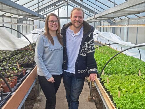 Sarah Stankus & Phillip Puckhaber in der Jungpflanzen-Anzucht